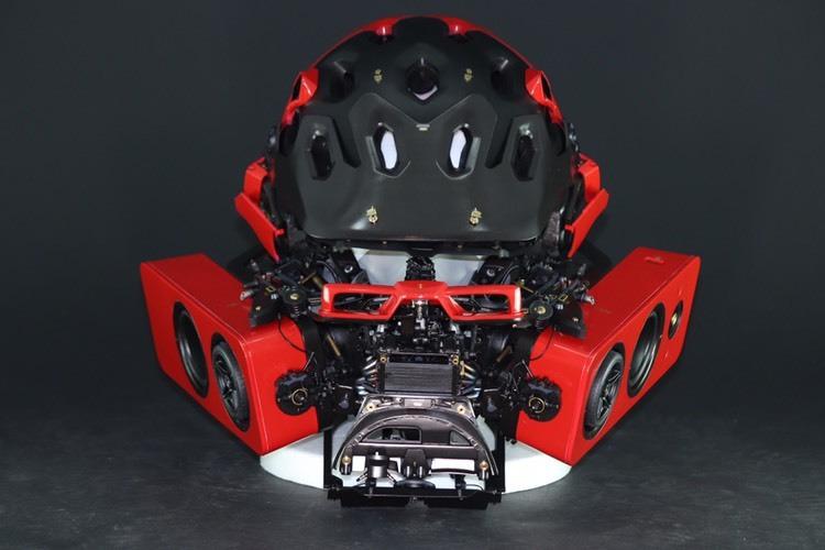 フェラーリの模型を、サイクリスト用ヘッドセットへ——VOGUEも認めた気鋭のアーティストが挑む。